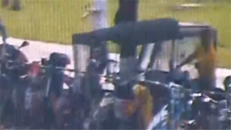 蠢贼跑到公安局门口偷电瓶车 一瞬间就被抓