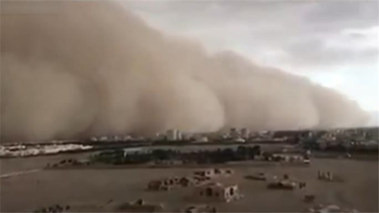 实拍沙尘暴如海啸般涌来 伊朗古城被吞噬如末日