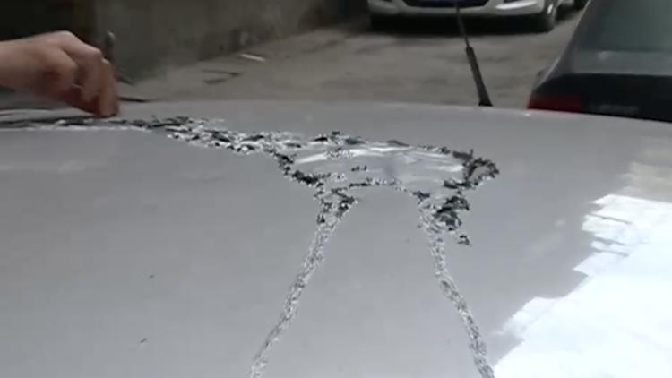 爱车停小区被泼硫酸 不到一个月已有多车遭殃