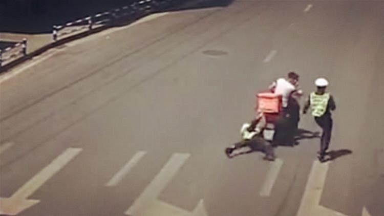 外卖小哥逆行拖行辅警10多米:我送外卖要超时了