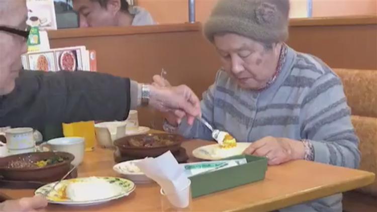 羡慕!老人把好吃的菜给老伴 自己却吃掉桌上的