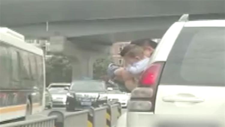 """""""行走的厕所""""!车辆行驶中男孩被抱出车窗小便"""