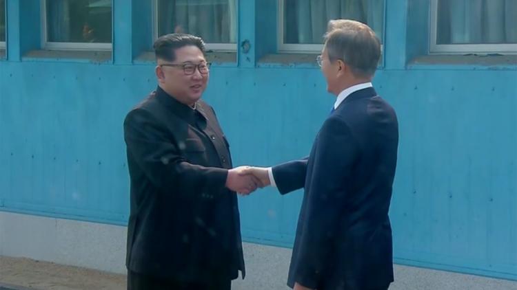 金正恩跨过朝韩军事分界线与文在寅会晤