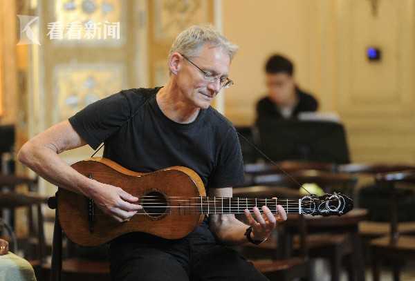 乌利齐·韦德梅尔在发布会上展示巴洛克吉他
