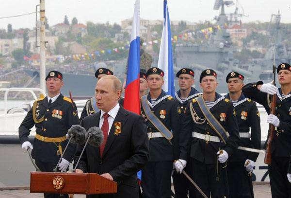 2014年二战胜利日,普京在克里米亚检阅舰队