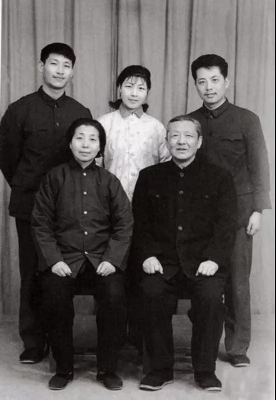 1975年,习仲勋和齐心与儿女在洛阳红旗照相馆合影。后排左起:儿子习近平、女儿习安安、女婿吴龙。来源:《习仲勋画传》