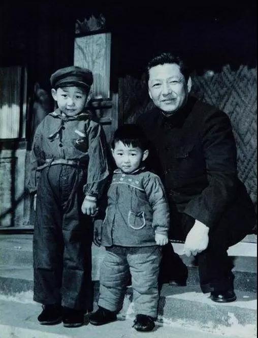 1958年,习仲勋与儿子近平、远平在一起。来源:《习仲勋画传》