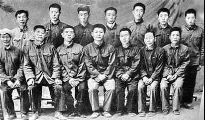 在送习近平(前排中)上大学时,梁家河村民与习近平的合影。(资料图片)