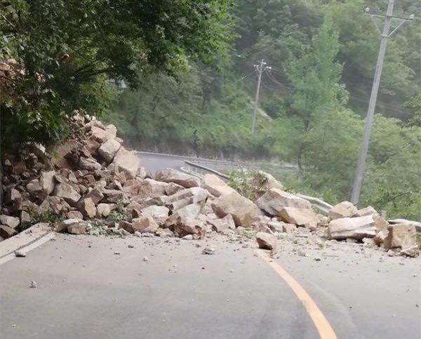 落石阻断交通