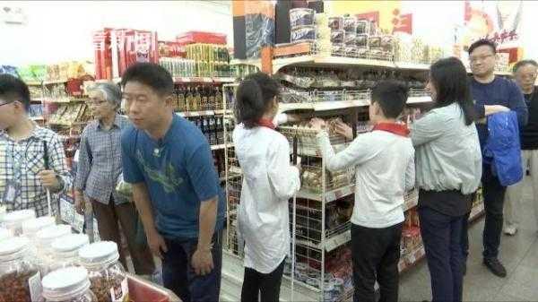 盲童们在超市,熟悉商品的外形