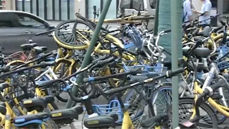 怒扔共享单车堆成山 保安心里苦:太多了没人管