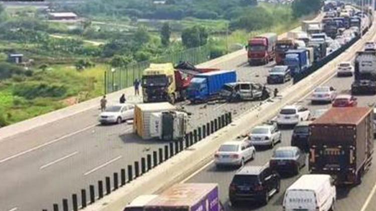 3辆小车高速逆行致惨烈车祸 司机弃车逃离现场