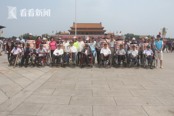 老人们集体坐轮椅游北京