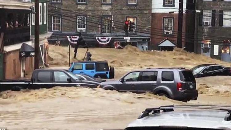 美国马里兰洪水城中肆虐 汽车像被扔进了洗衣机