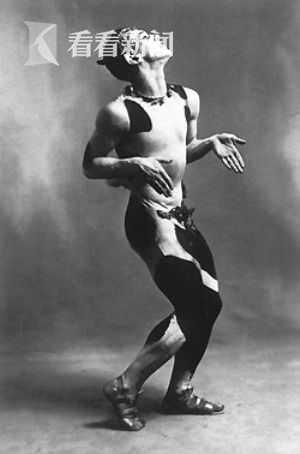 尼金斯基在其代表作《牧神午后》中的扮相