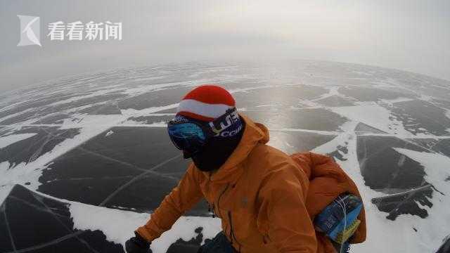 骑行在贝加尔湖的冰原上