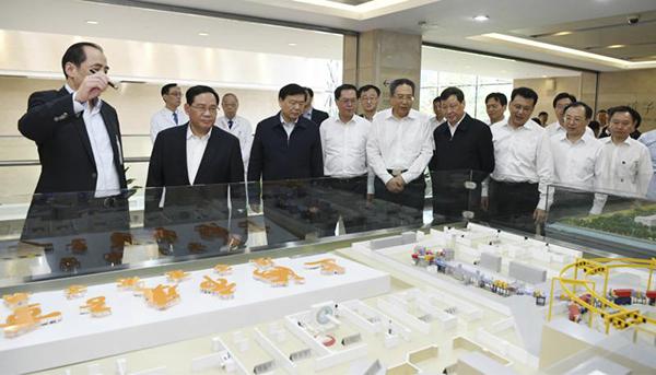 6月1日,2018年度长三角地区主要领导座谈会前,长三角三省一市领导考察上海市质子重离子医院先进肿瘤放疗技术。
