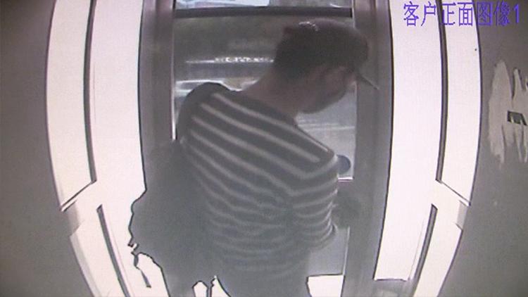 男子撬坏ATM机门锁欲图谋不轨 被工作人员擒获