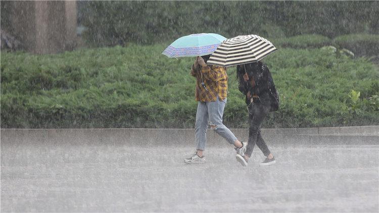 暴雨蓝色预警发布 陕西、四川等8省将有大到暴雨