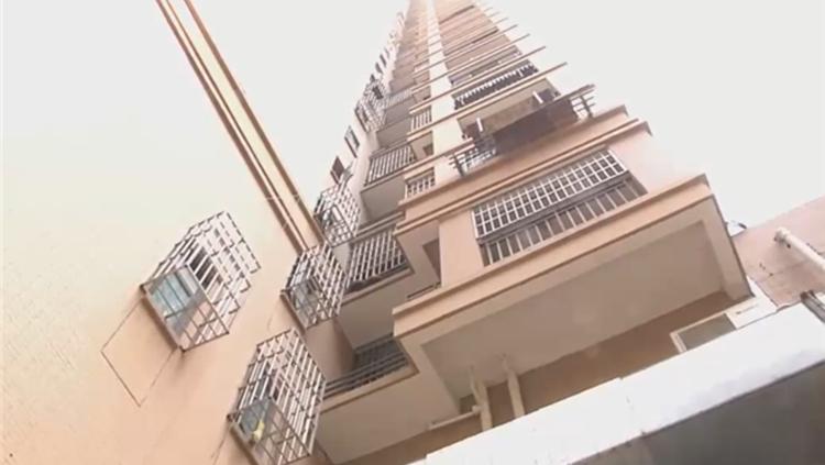 高层住户丢八宝粥砸伤路人 目击者:还扔过椅子