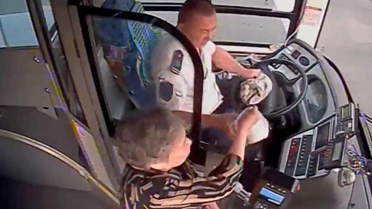 八旬老人每天为公交司机送早餐 一送就是一年