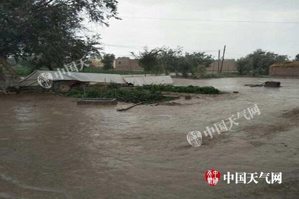 昨天,甘肃武威民勤县西渠镇出现短时强降水,多个村落出现积水。李亮 摄