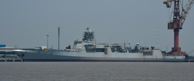 正在舾装的我国首艘055型万吨级驱逐舰