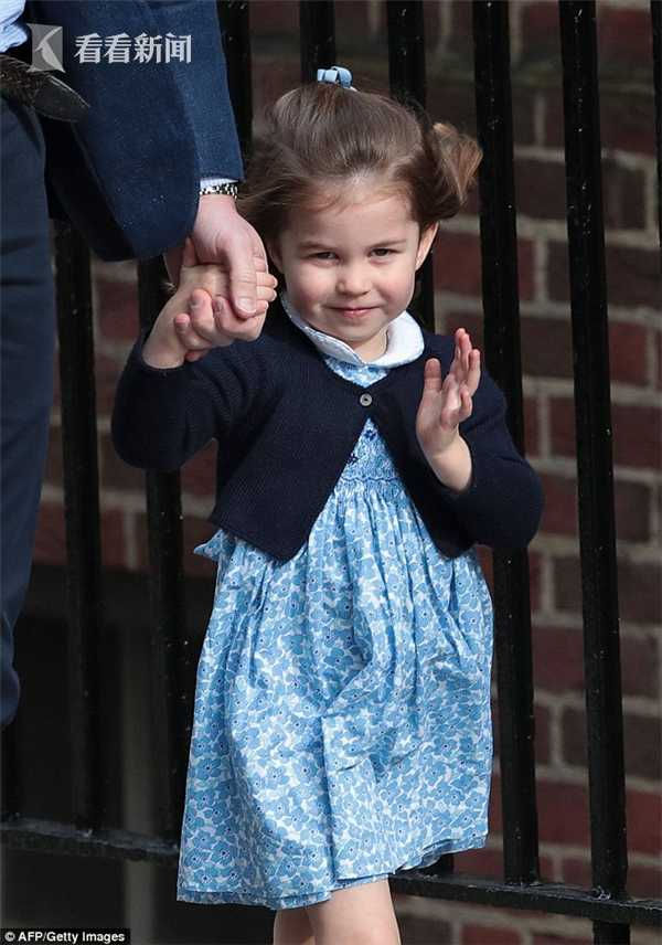 0521841A000007D0-5934109-Princess_Charlotte_greeting_the_crowds_at_the_Lindo_Wing_on_her_-a-2_1531157423892.jpg