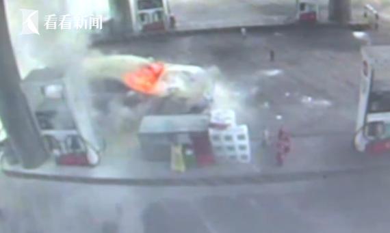 视频 奔驰车加油突然自燃 员工用30瓶灭火器合力灭火