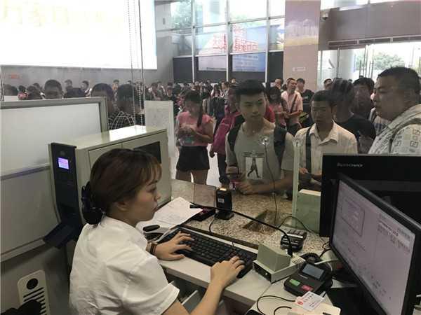 绵阳车站组织旅客办理退改签.jpg