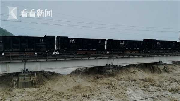 57002次货物列车对绵阳北至石马坝区间的涪江铁路大桥进行压梁。(绵工段)