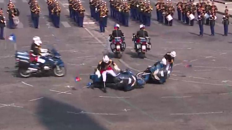 法国国庆阅兵意外不断 摩托撞车飞机还喷错彩烟