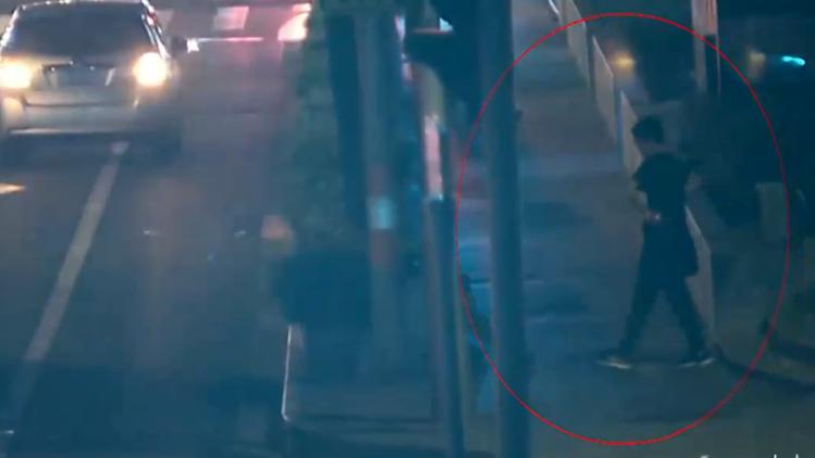 男子喝醉昏睡路边 小偷趁机偷手机一分钟后被捕