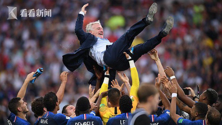 法国队主帅德尚被球员高高抛起