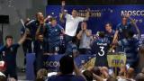 """法国队夺冠后""""突袭""""赛后发布会 球员疯狂尬舞"""