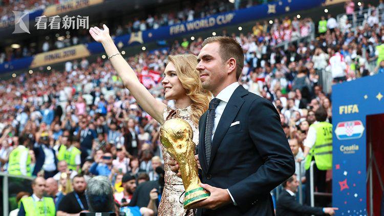上届世界杯冠军德国队队长拉姆手捧大力神杯出场