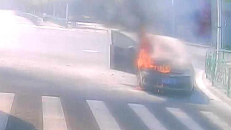 路见小轿车发生自燃 公交司机急停下车参与灭火