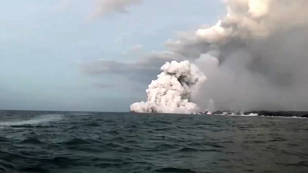 """游客乘船观岩浆入海 被天降""""熔岩炸弹""""砸骨折"""