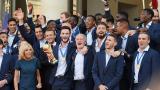马克龙接见冠军法国队合唱国歌 太激动全程走音