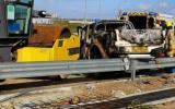 港珠澳大桥工程车撞栏起火  司机烧伤送医