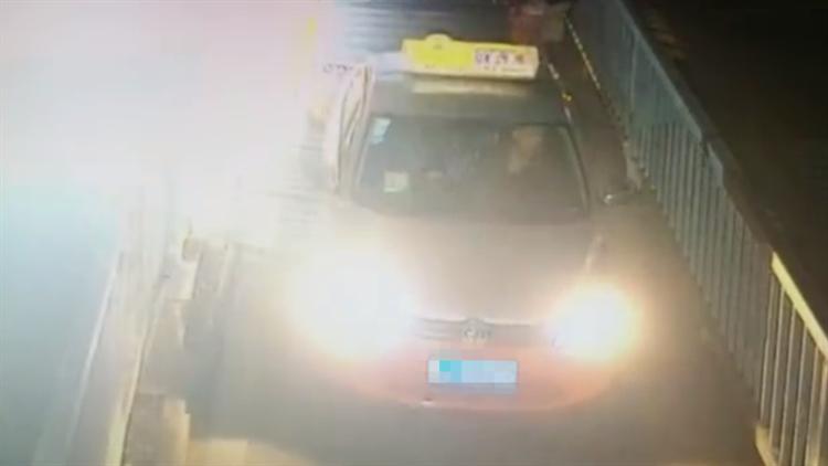 男子喝醉酒下高铁 看到路边的出租车竟直接开走