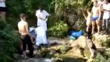 14岁女孩从高处跳水玩耍 被急流卷入水底溺亡