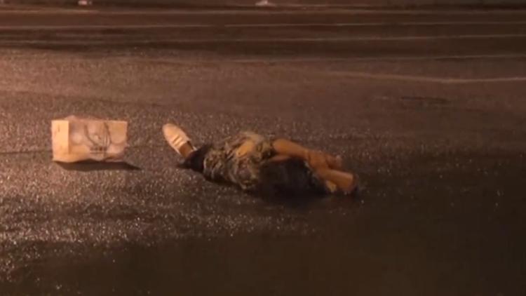 无证三轮车上路被扣 女子躺马路撒泼向交警要车