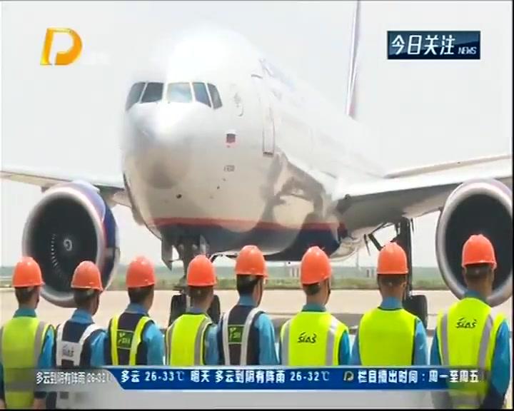 机场员工战高温 确保航班正常运行
