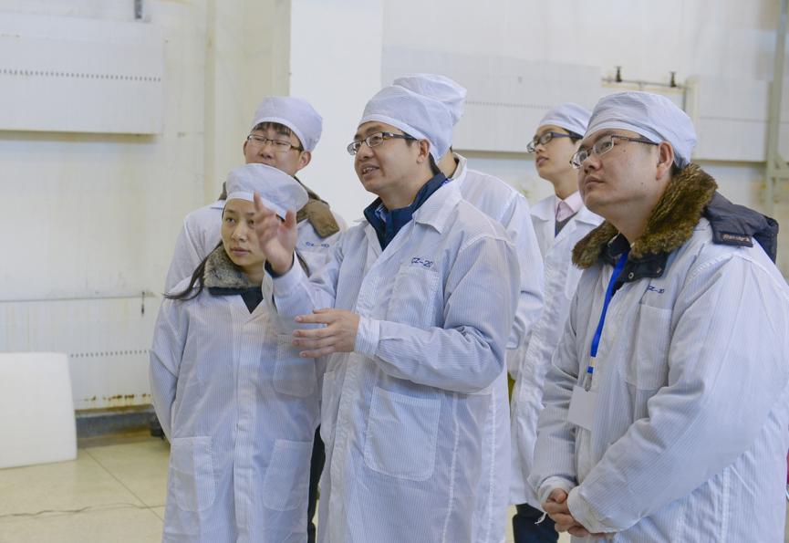 洪刚在厂房给团队讲解火箭发射任务要求