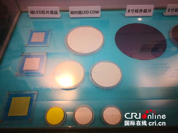 晶能光电自主研发的硅片 王姗姗摄