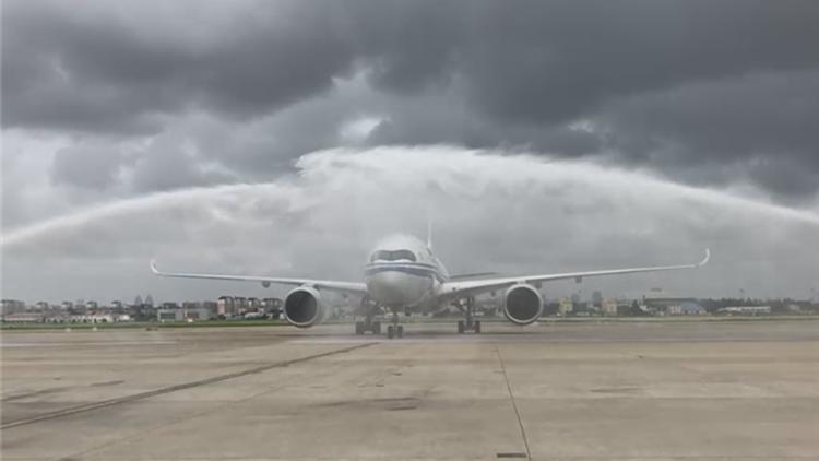 大陆首架A350-900成功完成首航飞行