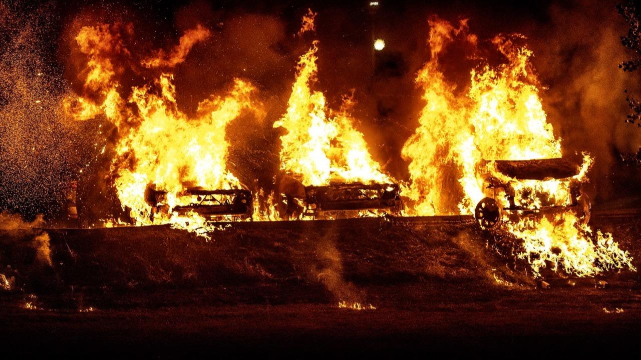 一夜间近百辆汽车被恶意焚烧 瑞典首相怒了