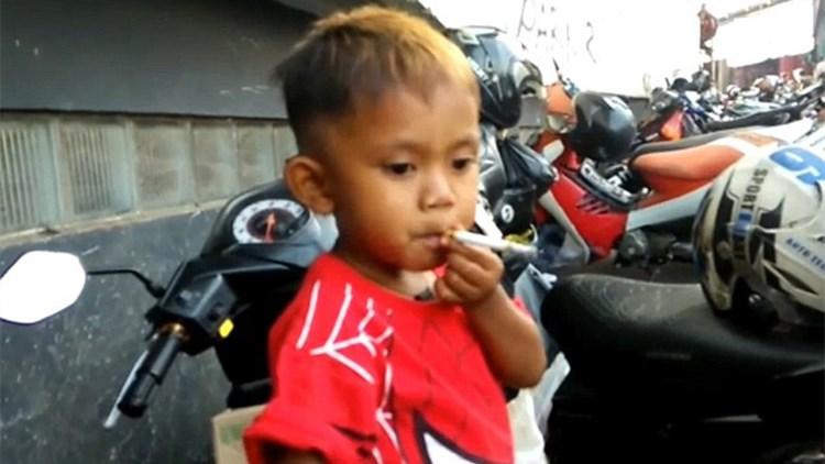 2岁男童染烟瘾不抽就哭闹 妈妈一天买两包烟伺候