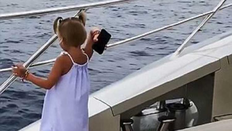 老爸只顾煲电话粥 女儿为求关注夺过手机扔海里